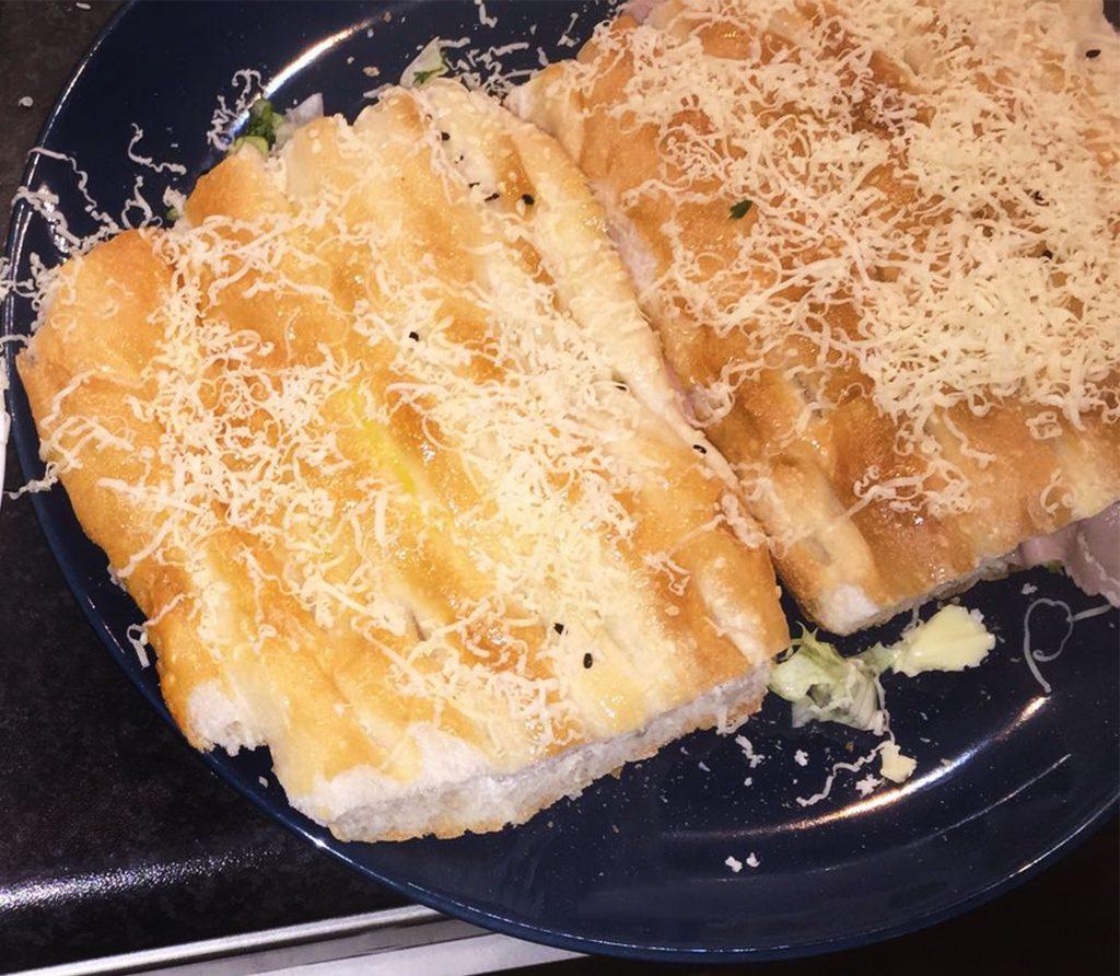 PROSCIUTTO COTTO Turks brood met ham en dragonsaus